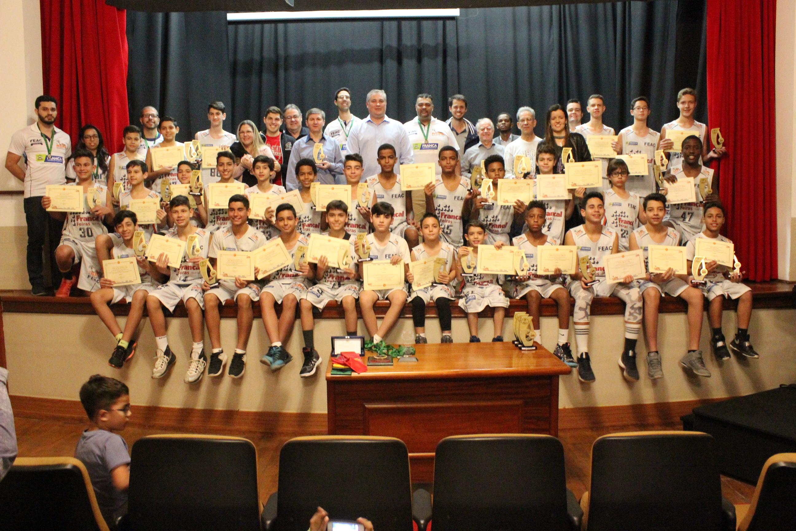 Alunos do Instituto ASPA recebem troféu Bom de Nota